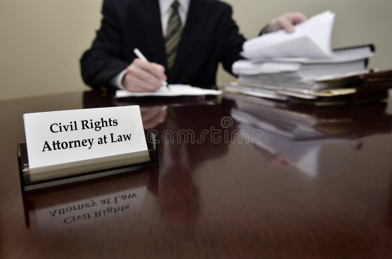 Abogado de las derechas civiles en el escritorio con la tarjeta de visita foto de archivo