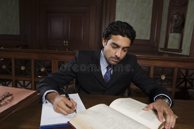 Abogado de sexo masculino Reading Law Book imagenes de archivo