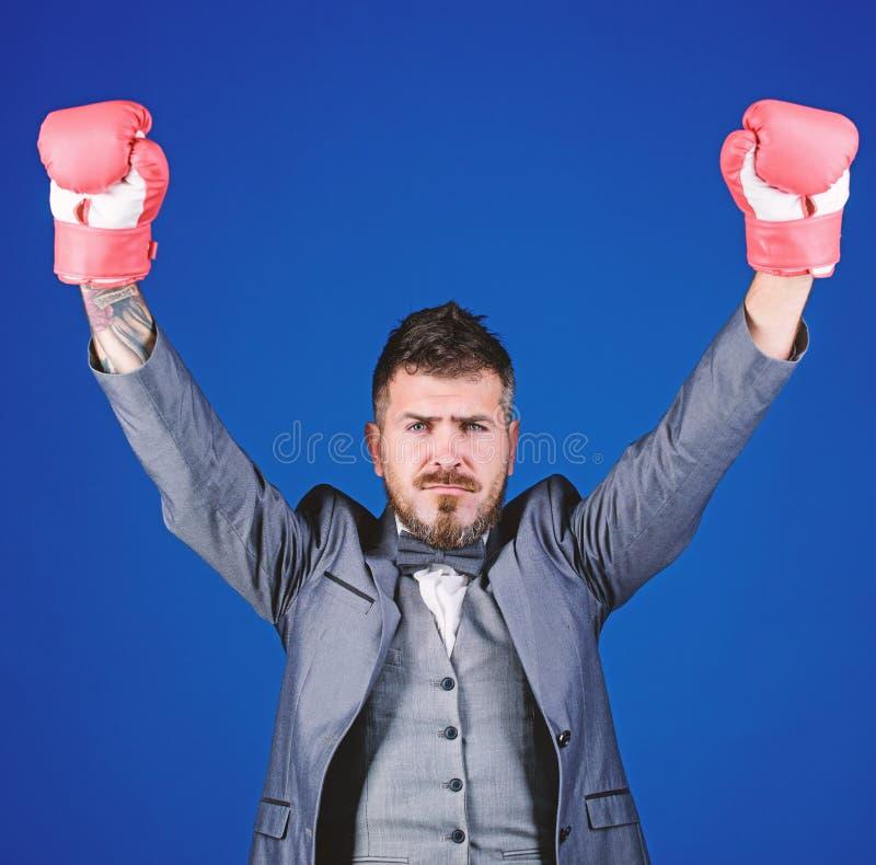 Abogado defensor criminal que planea hacia fuera estrategias Guantes de boxeo del desgaste del hombre de negocios Las mejores est fotos de archivo libres de regalías