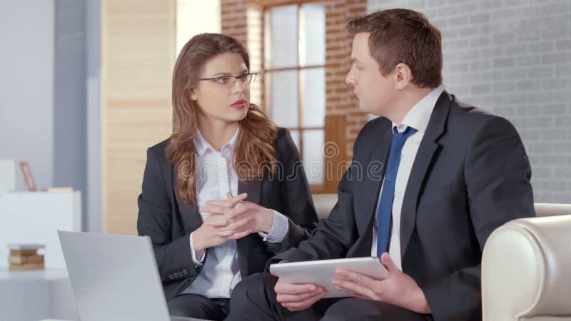 Abogado del notario público de la mujer elegante que trabaja con el cliente rico, oficina costosa fotografía de archivo libre de regalías