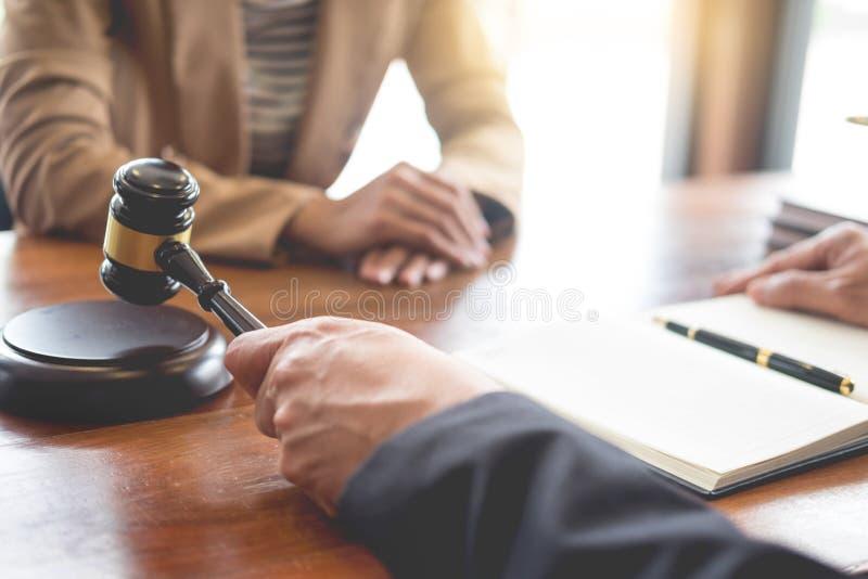 Abogado en oficina Aconsejando y dando consejo sobre la legislación legal en sala de tribunal para ayudar a concepto del cliente, imágenes de archivo libres de regalías