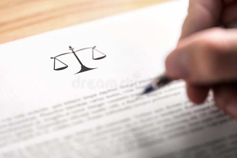Abogado, abogado, abogado o jurista trabajando en un escrito del negocio en el bufete de abogados foto de archivo