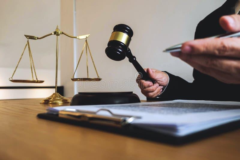 Abogado que trabaja con el cliente del contrato en la tabla en oficina abogado del consultor, abogado, juez de la corte, concepto fotografía de archivo
