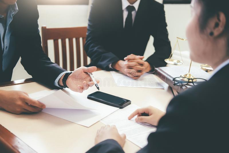 Abogado y abogado que tienen reunión del equipo en el bufete de abogados imágenes de archivo libres de regalías