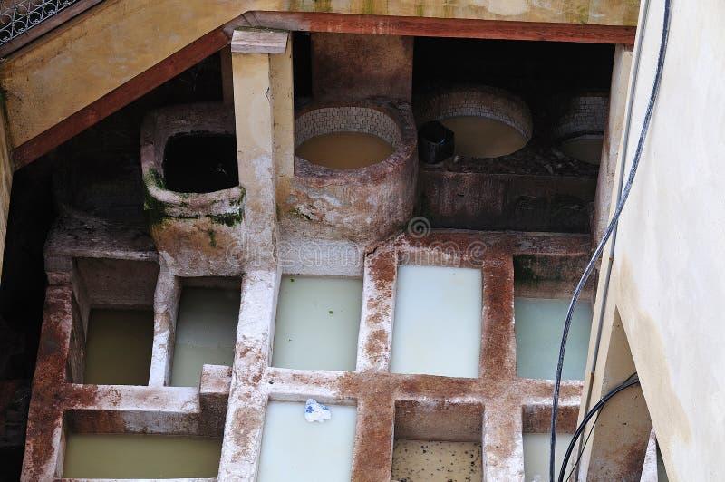 Abonar las cubas con cal en curtiduría vieja en Fes, Marruecos imagen de archivo