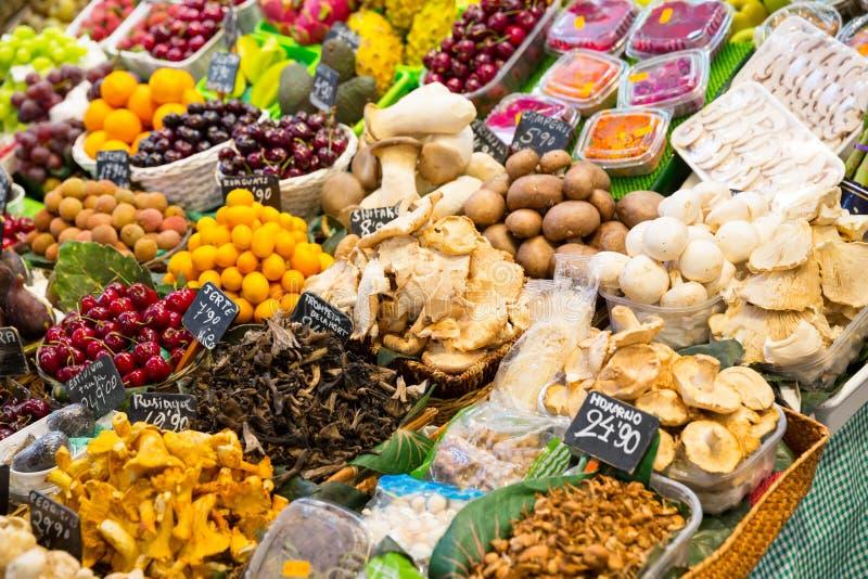 Abondance de fruits et légumes images stock