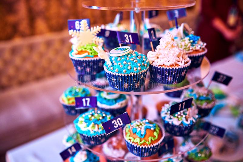 Abondance de petits gâteaux dans le sort beaucoup de petits gâteaux sont colorés complétés avec la décoration de fantaisie photographie stock