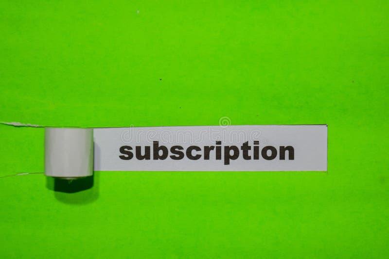 Abonnement, Inspiratie en bedrijfsconcept op groen gescheurd document stock afbeeldingen