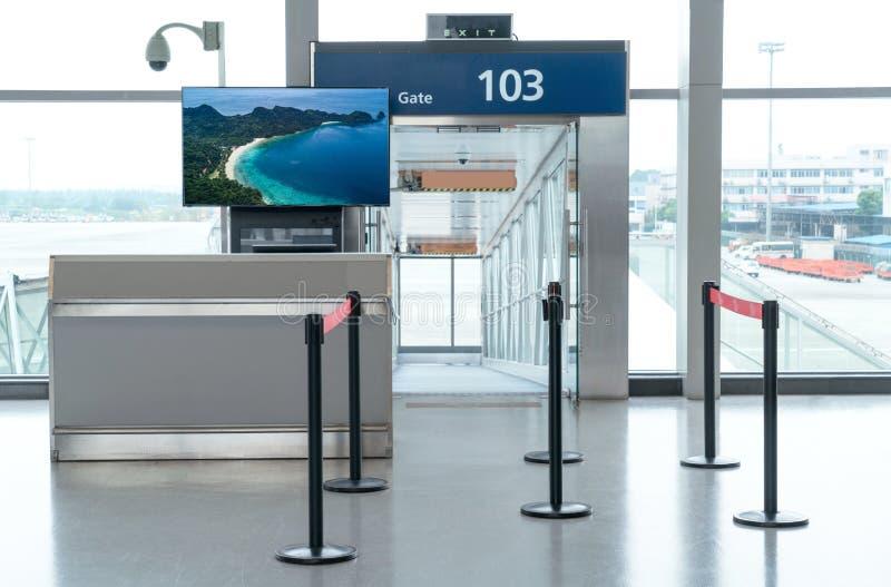 Abordaż bramy wejście z egzaminem próbnym w górę LCD TV dla twój reklamy zdjęcia stock