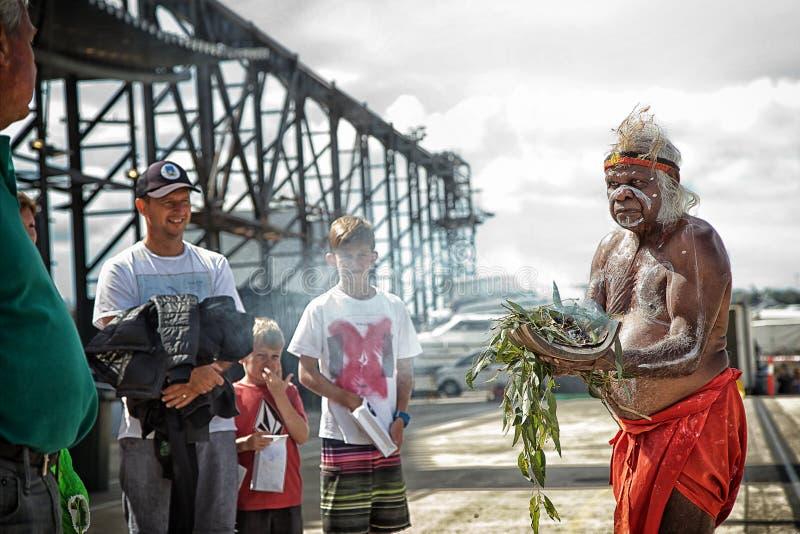 Aborigen australiano que realiza una ceremonia que fuma foto de archivo libre de regalías