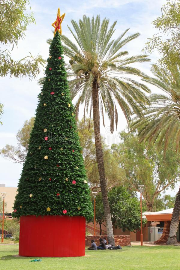 Aboriginals γύρω από ένα διακοσμημένο χριστουγεννιάτικο δέντρο τις ανοίξεις της Alice, Αυστραλία στοκ εικόνες με δικαίωμα ελεύθερης χρήσης