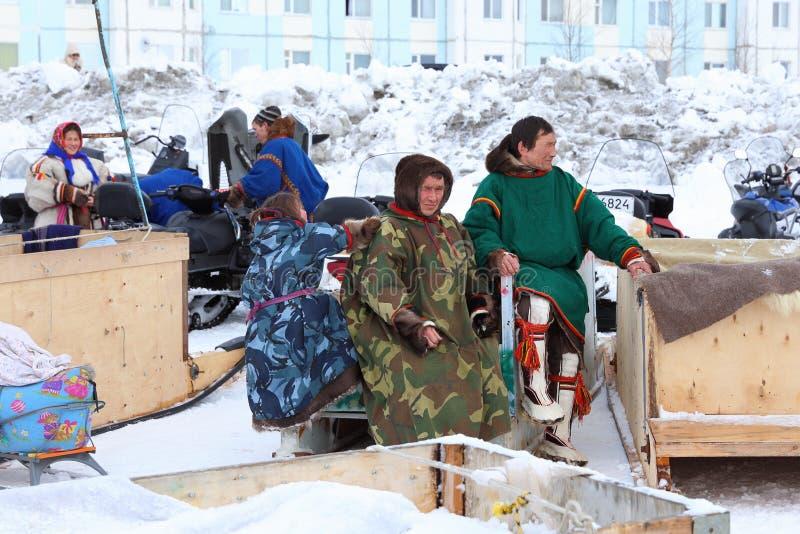 Aboriginals του Βορρά μεταξύ των οχημάτων για το χιόνι στοκ εικόνες με δικαίωμα ελεύθερης χρήσης
