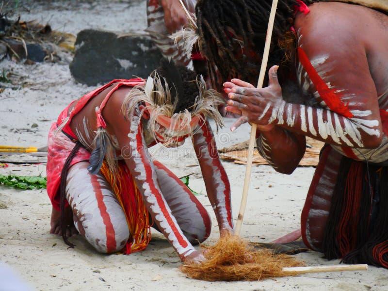 Aboriginals que hacen el fuego foto de archivo libre de regalías