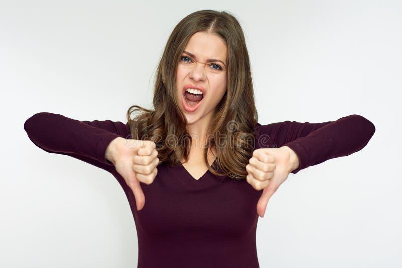 Aborrecedor de mulher que faz o desagrado com polegar para baixo fotos de stock