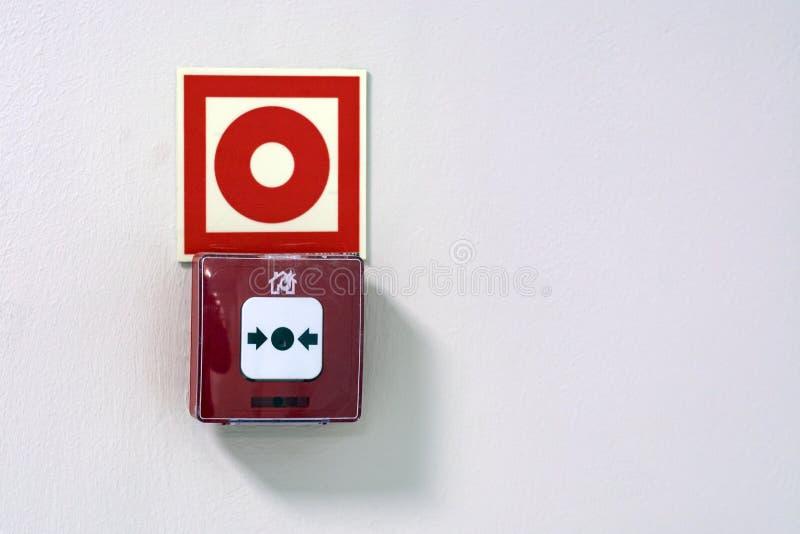 abotoe o alarme de incêndio em uma parede branca no supermercado foto de stock