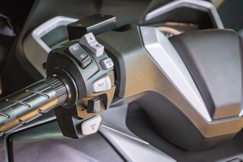 Abotone los interruptores del cuerno y la motocicleta de las señales de vuelta en una motocicleta fotografía de archivo