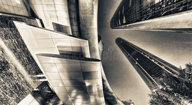 ABOU DABI, EAU - 8 DÉCEMBRE 2016 : Vue de rue de route de Corniche photographie stock libre de droits