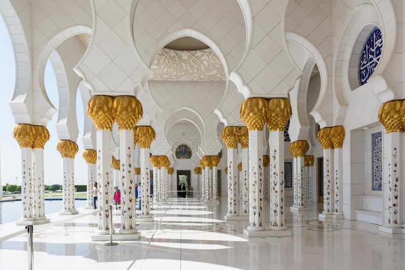 ABOU DABI, EMIRATS ARABES UNIS - 5 DÉCEMBRE 2016 : Sheikh Zayed Grand Mosque en Abu Dhabi, la capitale des EAU photo stock