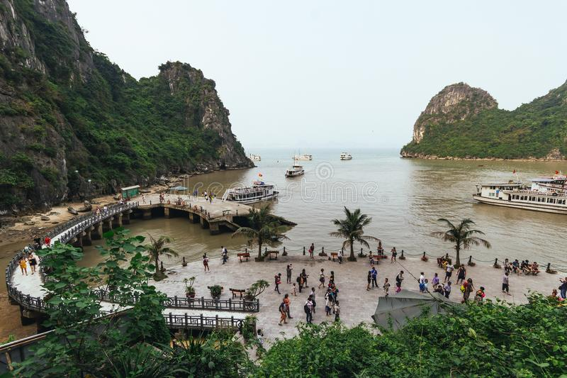 Aboyez près de Dong Thien Cung Cave avec beaucoup de bateaux et de touristes en été à la baie long d'ha en Quang Ninh, Vietnam photo libre de droits