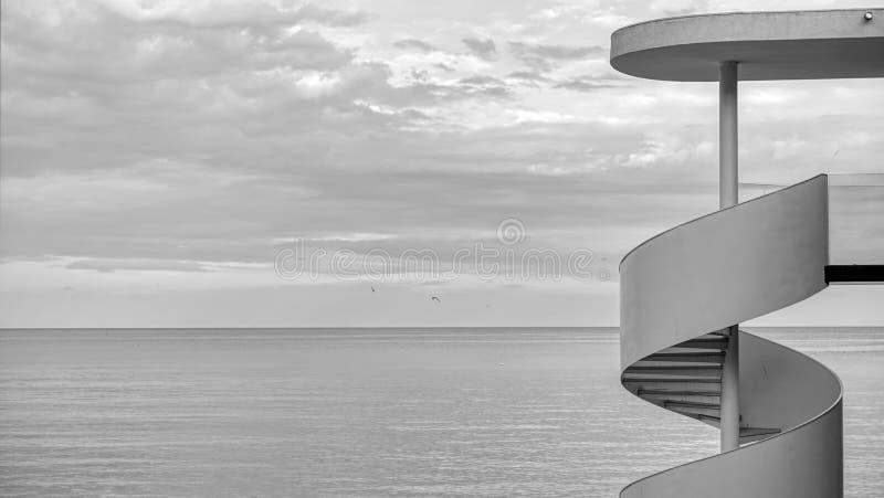 Abrégé sur échelle avec la photographie blanche d'art de noir de mer photographie stock
