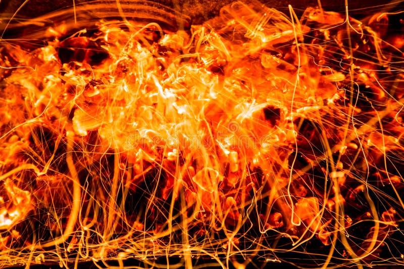 abrégez le fond charbons de bois brûlants avec des étincelles photographie stock