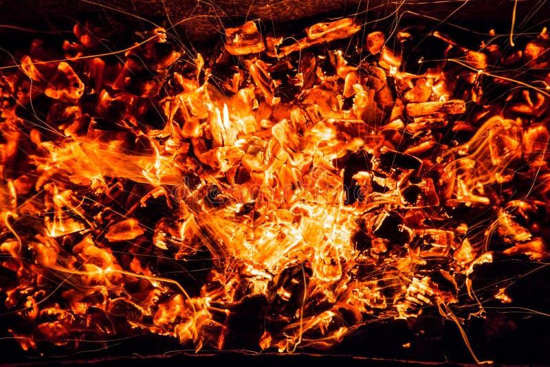 abrégez le fond charbons de bois brûlants avec des étincelles photo stock