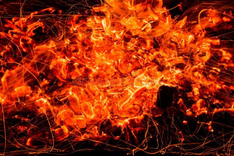 abrégez le fond charbons de bois brûlants avec des étincelles photos libres de droits