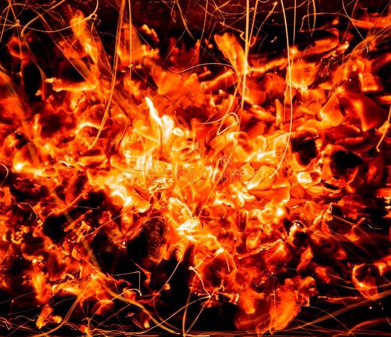 abrégez le fond charbons de bois brûlants avec des étincelles photographie stock libre de droits