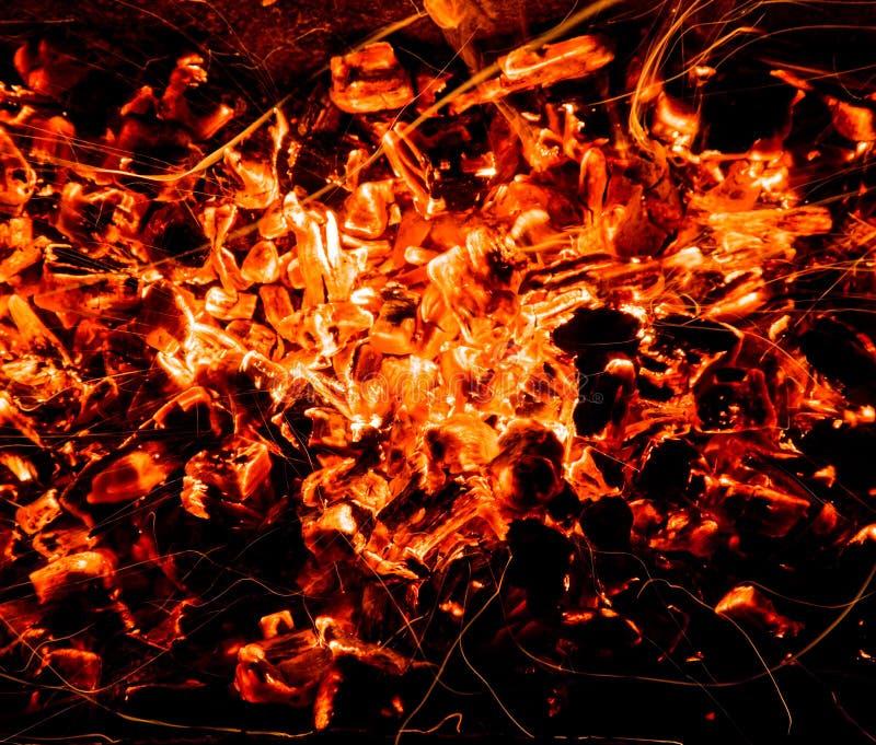 abrégez le fond charbons de bois brûlants avec des étincelles image stock