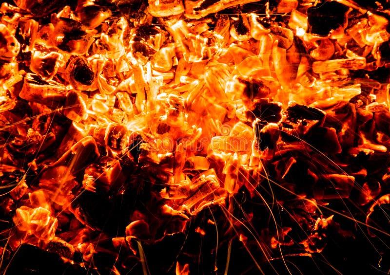 abrégez le fond charbons de bois brûlants avec des étincelles images libres de droits