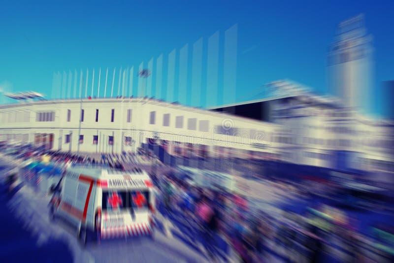 abrégez le fond Mouvement de tache floue du trafic avec l'ambulance et la promenade images stock