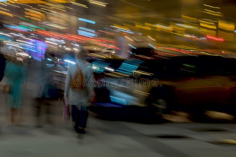 abrégez le fond Rue, fille avec un sac à dos de nouveau à nous et d'autres personnes près du parking, tache floue de mouvement Co photos stock