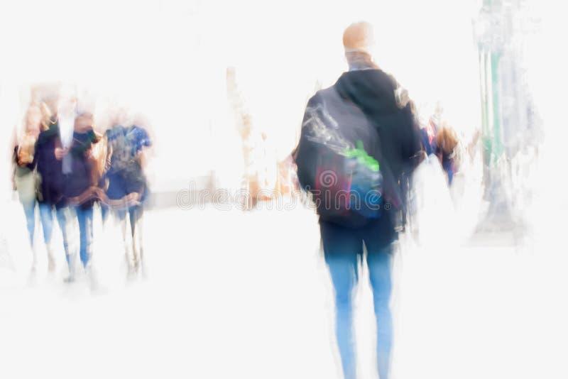 abrégez le fond Tache floue de mouvement intentionnelle Ville pendant le premier ressort Rue, jeune homme et filles marchant le l photographie stock libre de droits