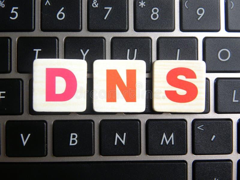 Abréviation DNS sur le fond de clavier images libres de droits