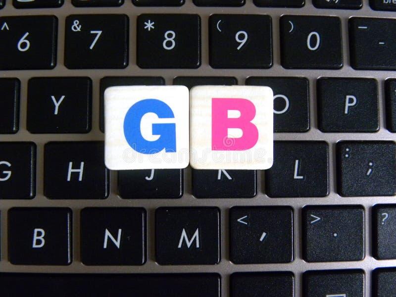 Abréviation gigaoctet sur le fond de clavier photographie stock