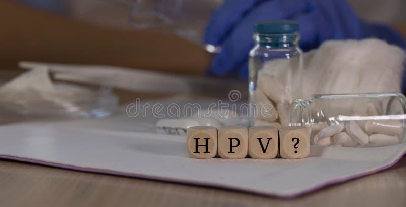 Abréviation VPH avec point d'interrogation pour l'infection par le virus du papillome humain composé de dés en bois Pilules, docu images libres de droits