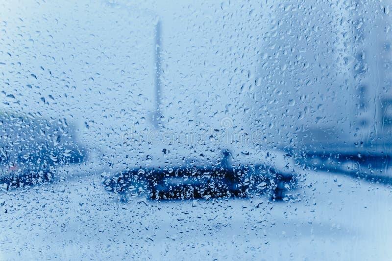 Abr?g? sur le trafic en hiver Le trafic vu de l'int?rieur d'une voiture Baisses de l'eau sur des lumi?res de queue de pare-brise  photo stock