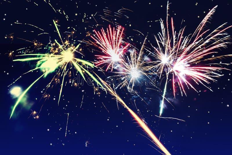 abr?gez le fond Les feux d'artifice entourent la tache floue Coloré dans la célébration Ann?e de f?te de fond nouvelle photo libre de droits