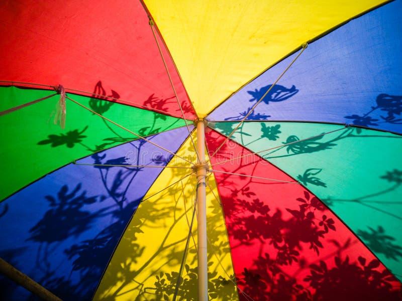 abr?gez le fond Parapluie color? avec le soleil Jeunes adultes image libre de droits