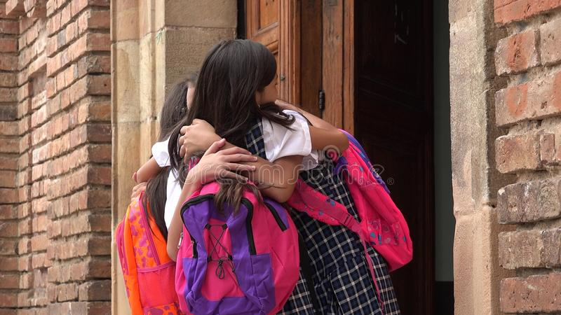 Abraçando as estudantes latino-americanos que vestem trouxas imagens de stock