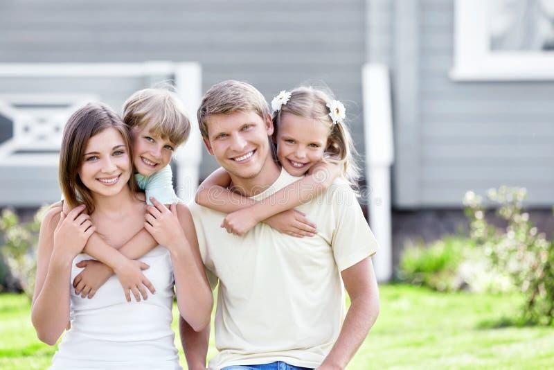 Abraçando a família imagens de stock royalty free
