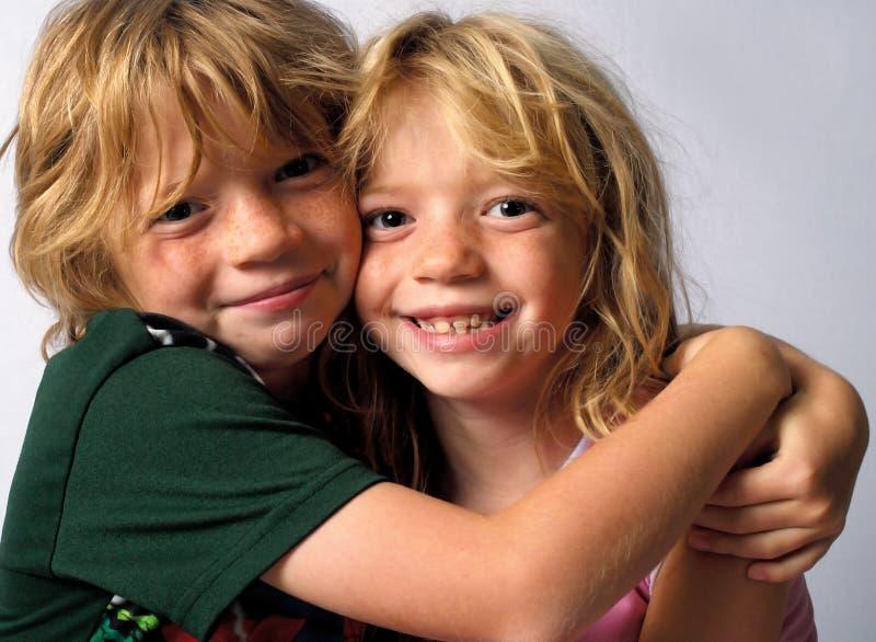 Abraçando gêmeos imagem de stock royalty free