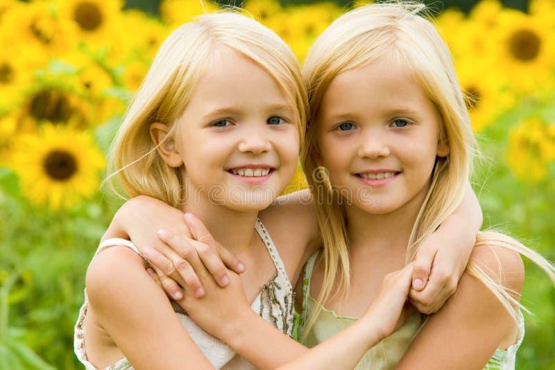 Abraçando irmãs fotografia de stock