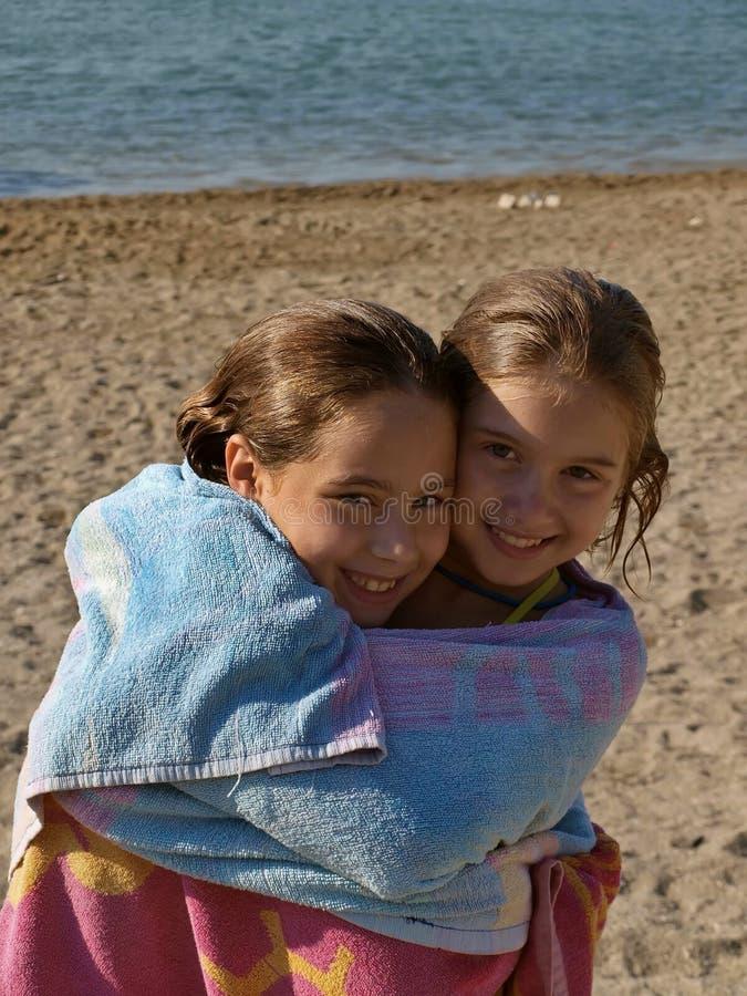 Abraçando irmãs fotos de stock royalty free