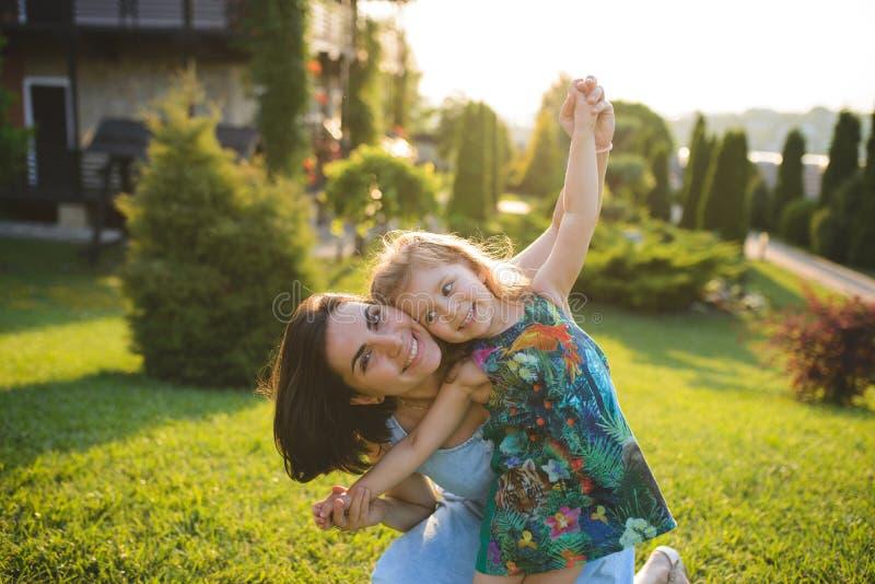 Abraçando a mãe e a filha felizes imagens de stock royalty free