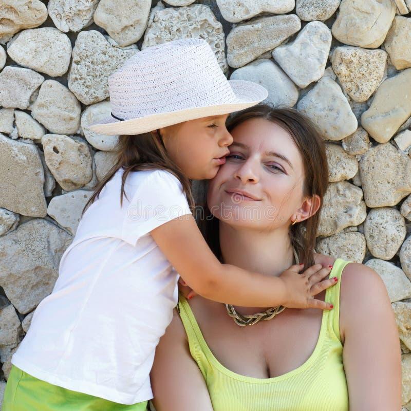 Abraçando a matriz e a filha imagem de stock royalty free