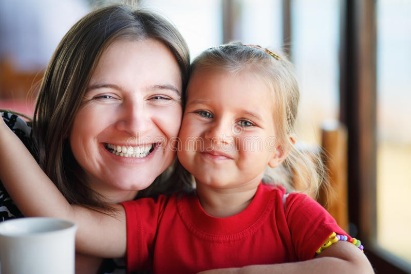 Abraçando a matriz e a filha fotos de stock