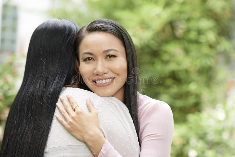 Abraçando a mulher bonita com mãe fotos de stock