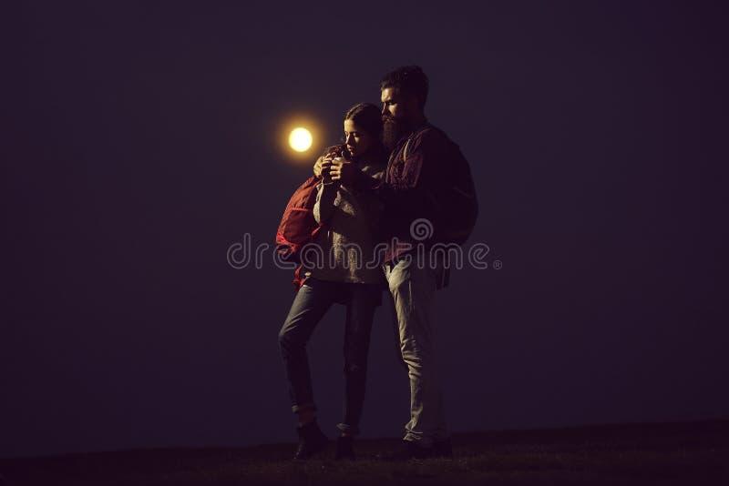 Abraçando pares no crepúsculo foto de stock