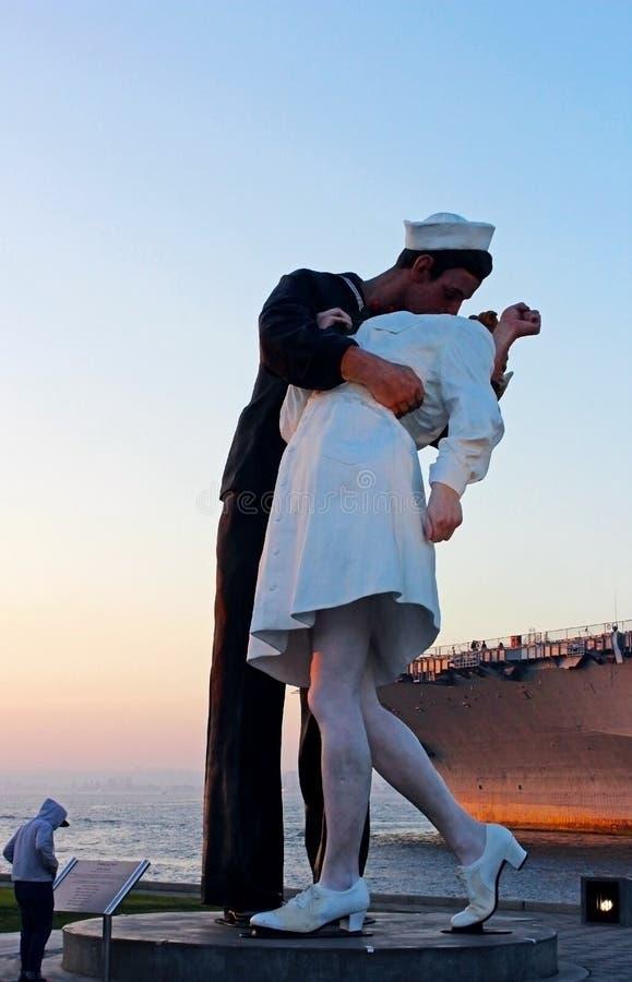 Abraçando a paz Victory Kiss Statue, San Diego Bay imagem de stock royalty free